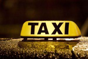 Женщина за рулем такси